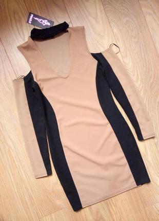 Платье со спущенными плечами и чокером