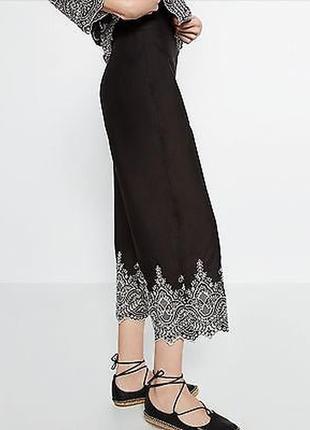 Трендові чорні штани кюлоти zara з контрастною білою вишивкою. s-m
