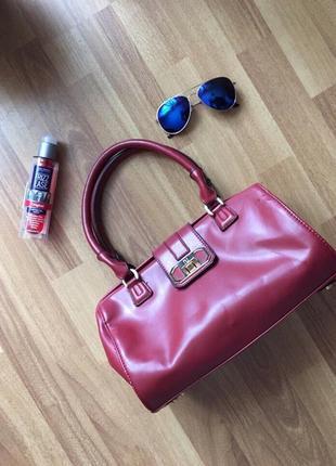 Стильная сумка цвета бордо марсала