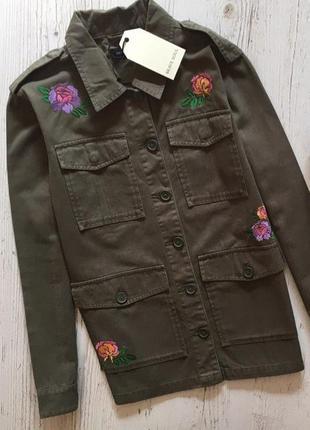 Стильная куртка с накладными карманами.