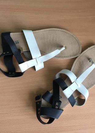 Черно-белые сандалии