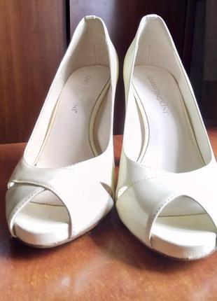 Стильные кожаные лакированные туфли