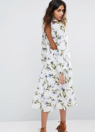 Boohoo чарівна сукня з принтом та відкритою спинкою
