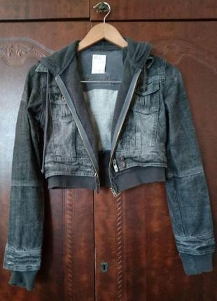 Джинсовая короткая куртка с капюшоном