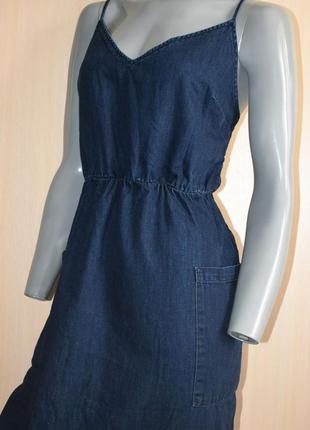 Стильное джинсовое платье миди с вырезом на спине