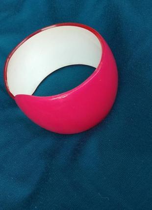 Яркий розовый браслет