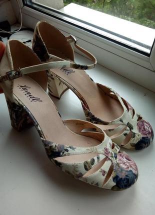 Очень нежные цветочные туфли