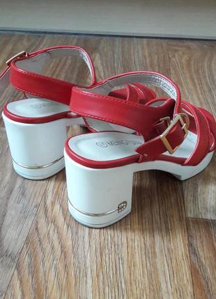 Красные босоножки с белым каблуком и подошвой2