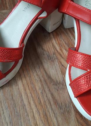 Красные босоножки с белым каблуком и подошвой3