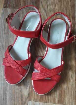Красные босоножки с белым каблуком и подошвой4