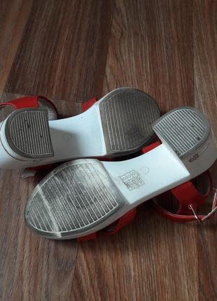 Красные босоножки с белым каблуком и подошвой5