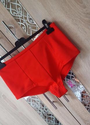 Красные короткие шорты с высокой посадкой