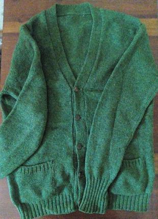 Зеленый кардиган из шерсти.