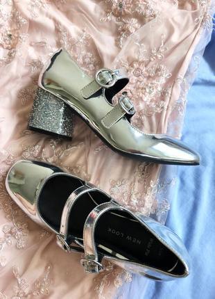 Туфли цвета металлик с блестящи каблуком