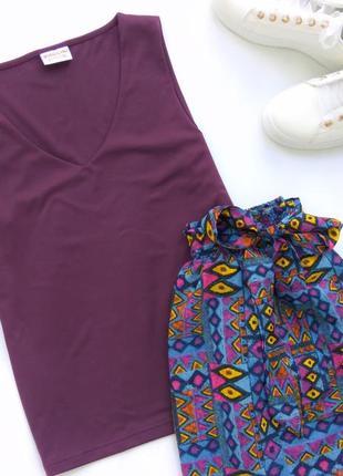 Базовый топ biaggini фиалковая майка из приятной ткани с v-образным вырезом