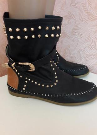 Стильные  кожаные ботинки с шипами