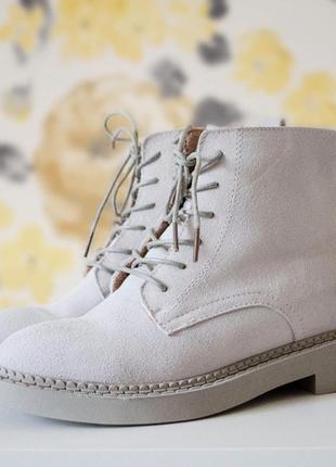 Ботинки-бомба от hanschic белого цвета на шнурках замшевые демисезон