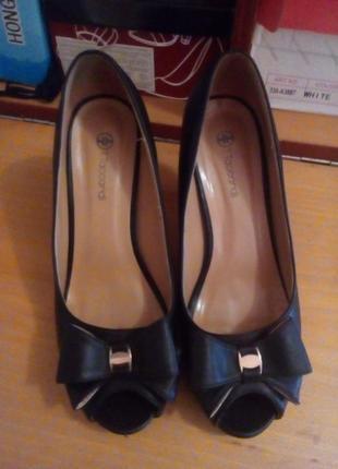 Туфлі  шкіряні чорного кольору, 39 розмір