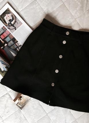 Чёрная юбка на заклёпках