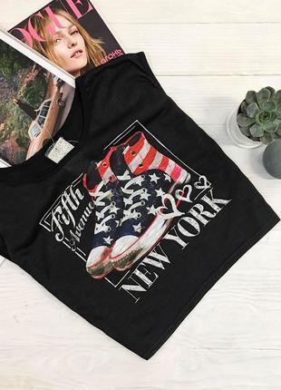 Чорна вкорочена футболка з малюнком від alcott