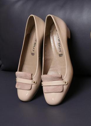 Элегантные туфельки из натуральной лаковой кожи пудрового цвета.