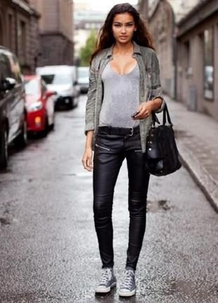 Очень крутые штаны из кож зама плотные с замочками