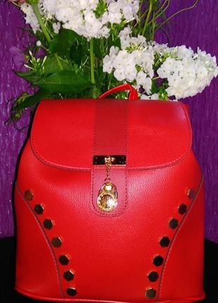 Красный рюкзак с заклепками