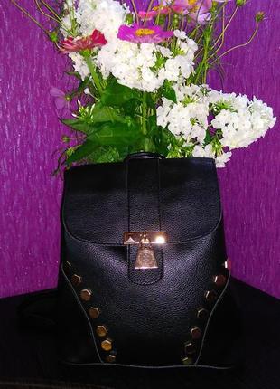 Черный рюкзак с заклепками