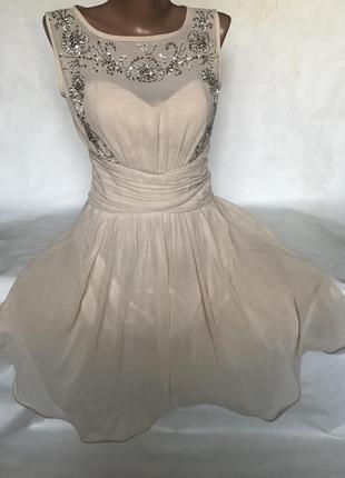 Нарядное платье с камнями и пышной юбкой
