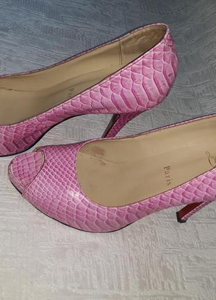 Яркие туфли christian loubotin