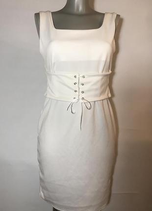 Элегантное белое платье с корсетом