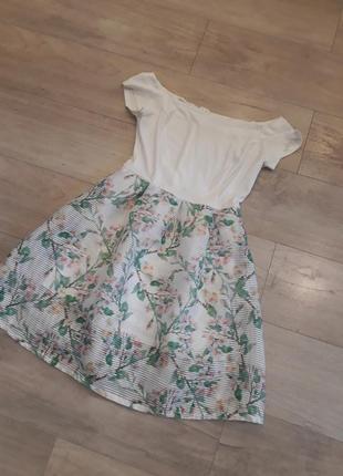 Стильное белое пышное платье с прозрачной юбкой
