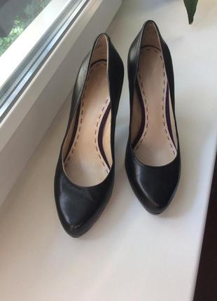Вечерние чёрные кожаные туфли на среднем высоком каблуке