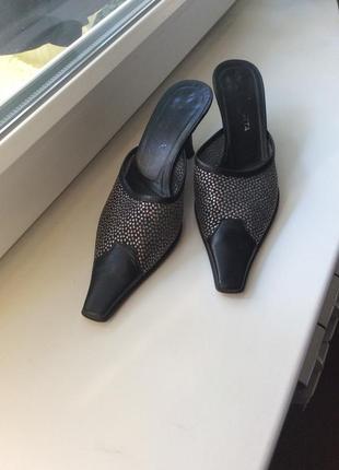 Открытые кожаные туфли на среднем каблуке с острым носочком