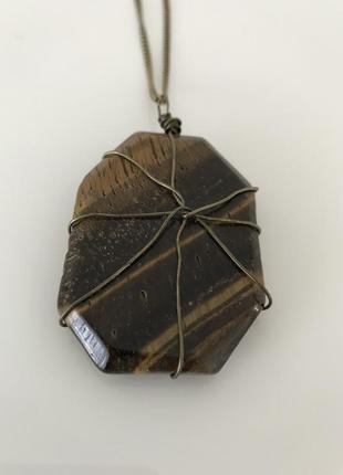 Длинная цепочка с крупным камнем