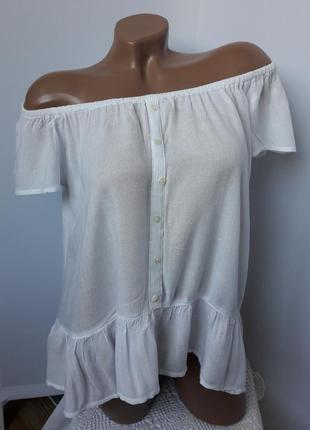 Легкая блуза с оголёными плечами..