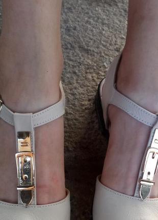 Кожаные босоножки сандалии бежевые на танкетке