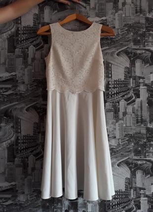 Белое трикотажное платье с кружевом