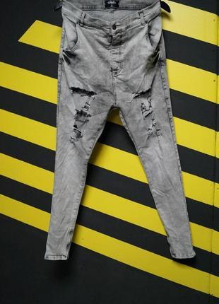 Стрейчевые джинсы с высокой посадкой, дырками и молниями по бокам