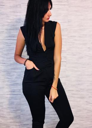 Черный стильный комбинезон с зауженными брюками eksept