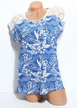 Синяя футболка в цветы с белым кружевом на плечиках р.46-48