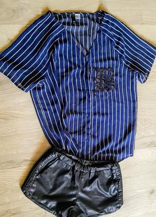 Клевая синяя блузка рубашка в белую полоску на пуговках с нашивкой