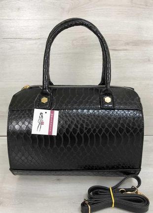 Черная сумка саквояж небольшая с ремешком через плечо под крокодила