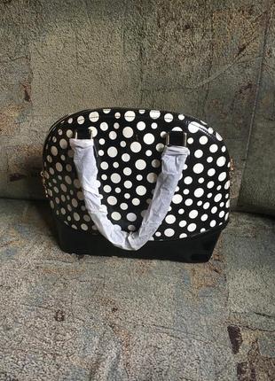 Стильная лаковая сумка горох