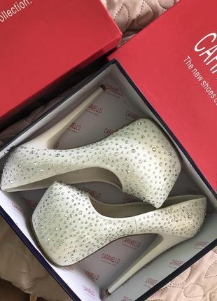 Белые туфли лабутены со стразами на высоком каблуке