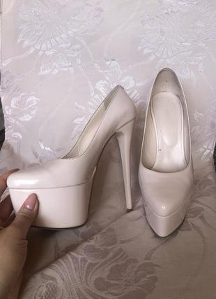 Туфли жемчужные на высоком каблуке