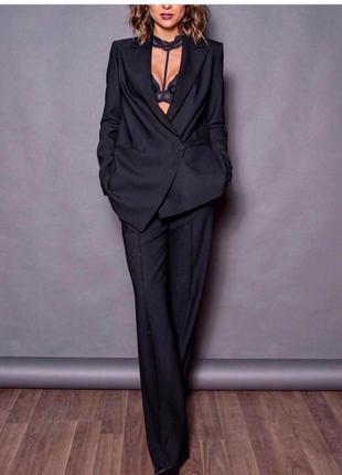 Черный брючный костюм классика