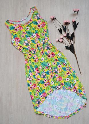 Яркое платье в цветы с асимметричной длиной