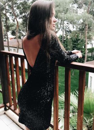 Чорне плаття в паєтки з відкритою спиною s