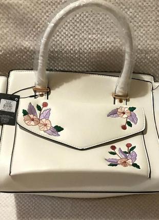 Містка літня біла сумка з вишитими квіточками / вместительная летняя сумочка с вышивкой .